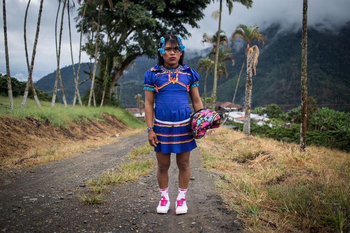 Angélica se viste para ir a la aldea cercana de Santuario un sábado por la mañana. ...