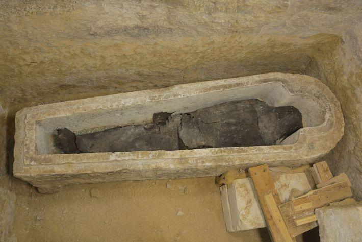 Un sacerdote llamado Ayput fue enterrado en un sarcófago de piedra tallado en forma de humano, ...