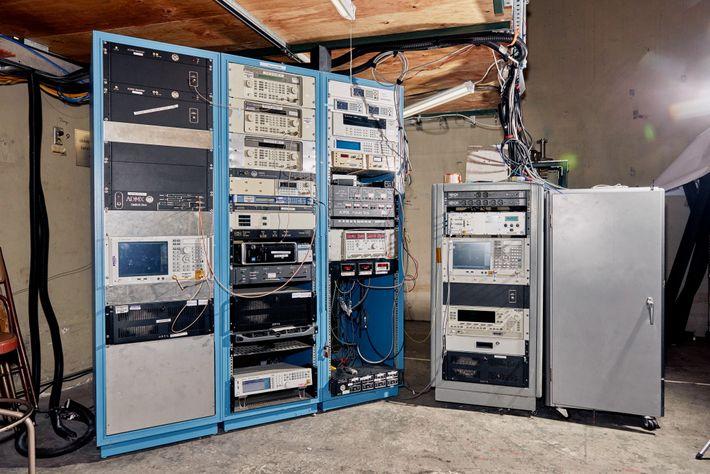 Un banco de computadoras se percibe con cables en el laboratorio del ADMX.