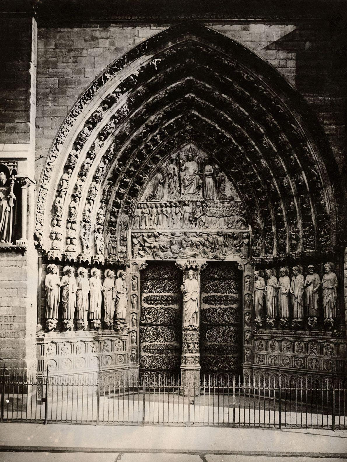 Una talla de piedra en el Portal del Juicio de Notre Dame muestra a los muertos ...
