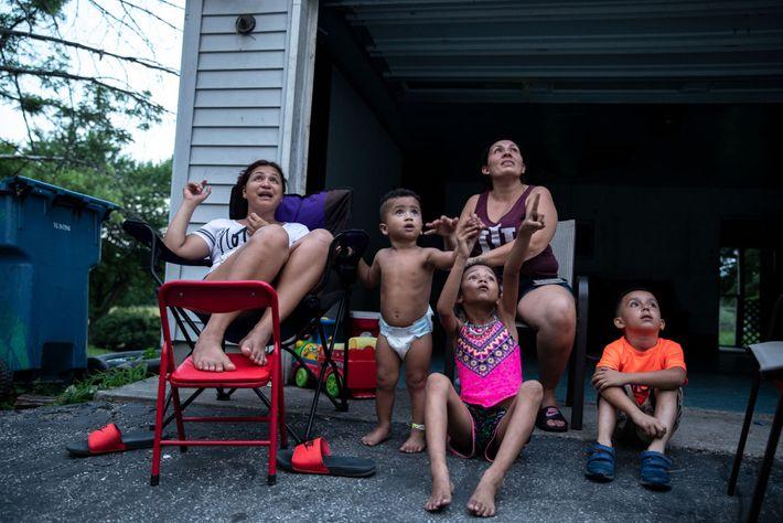 Ana (atrás a la derecha) con su prima Marina y sus hijos mientras disfrutan su primer ...