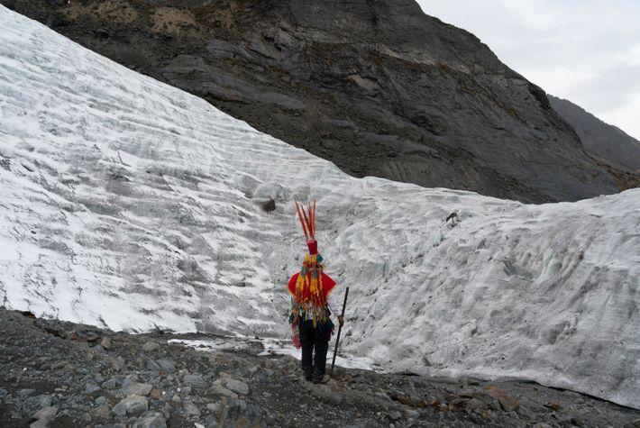 Marcelino Lopez Ancali, de la nación Wayri Chunchu, parado frente al glaciar Colque Punku en el ...