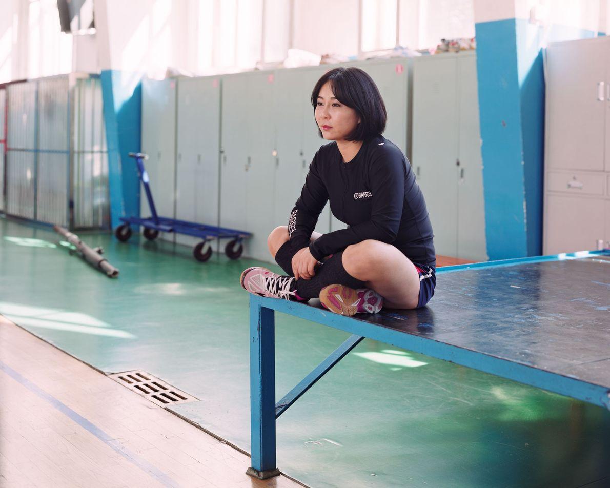 """Ai Ling, atleta de 19 años de Longjing, China, afirma: """"Soy jugadora de voleibol en mi ..."""