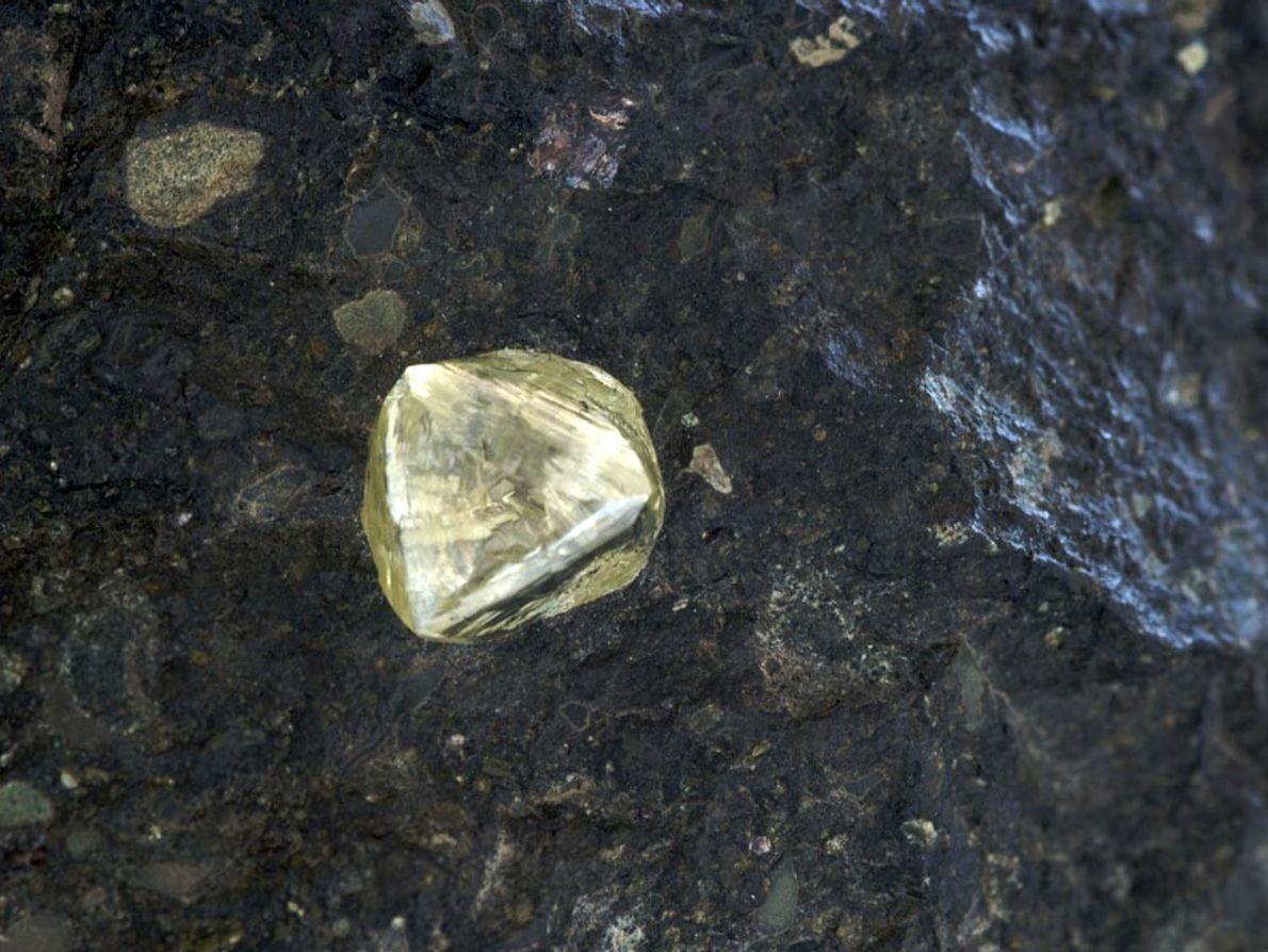 La roca ígnea kimberlita origina el diamante amarillo de Sudáfrica, un país conocido por sus minas ...
