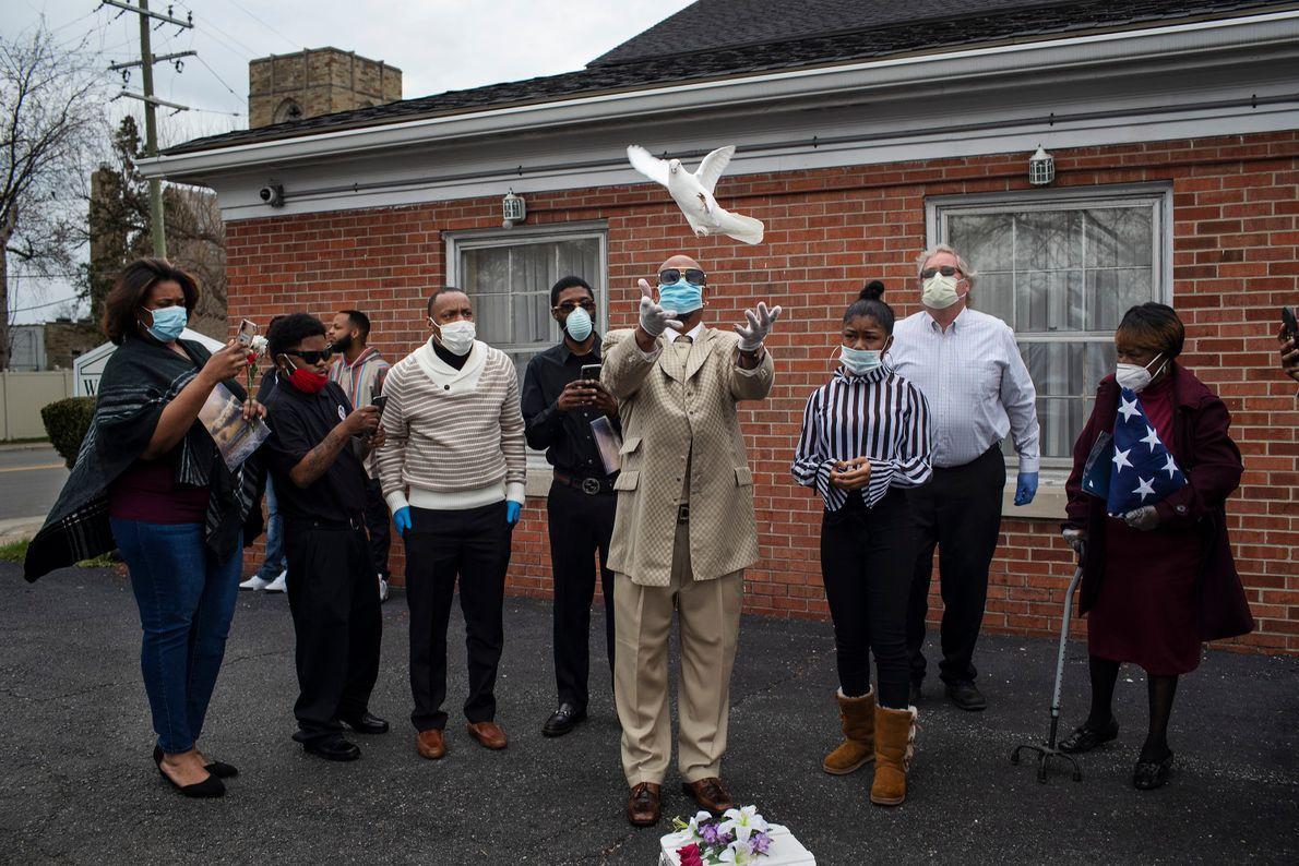 Jerry Lovett libera una paloma tras el funeral de su hermano, Chester Lovett, que falleció por ...