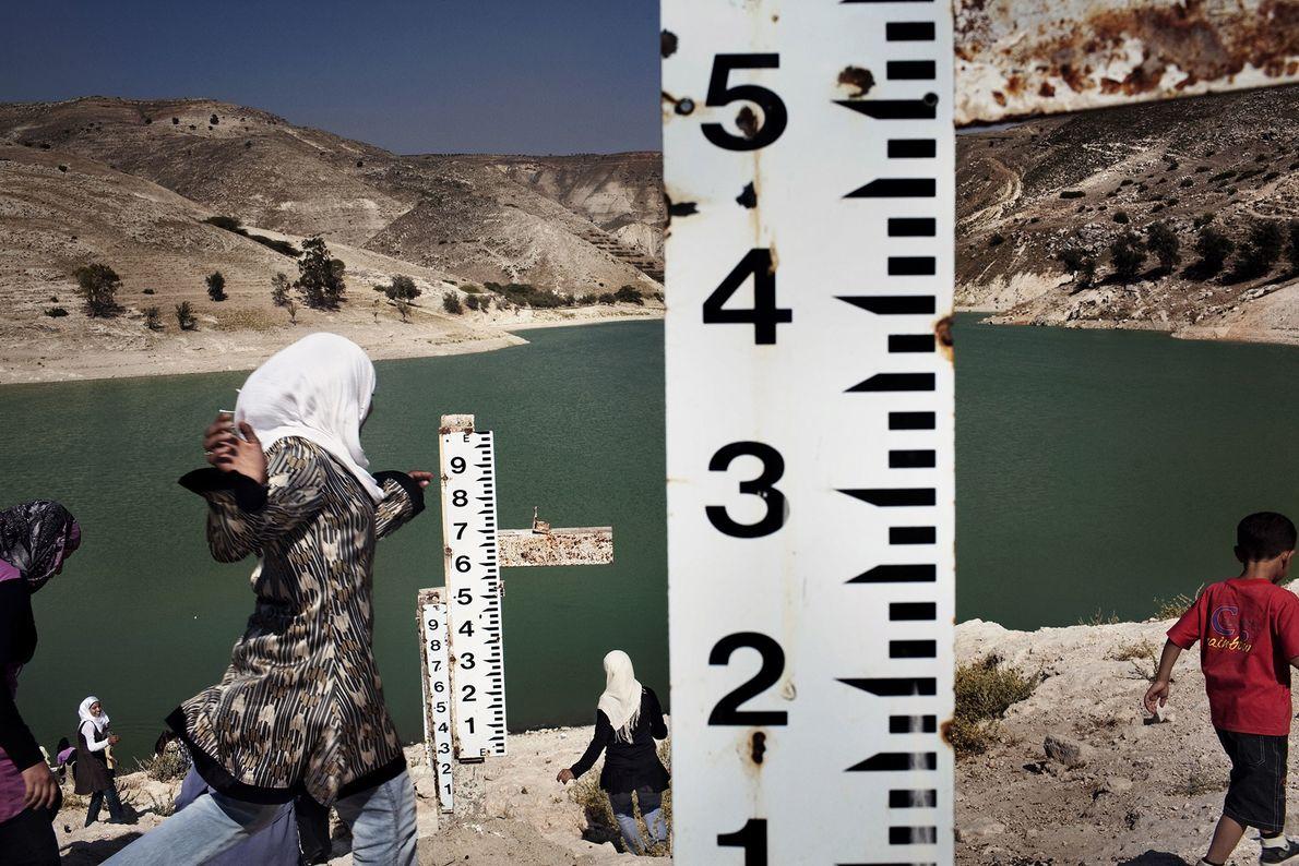 La presa Ziglab en Jordania ha sufrido seis años de sequía. Las varillas de medir registran ...