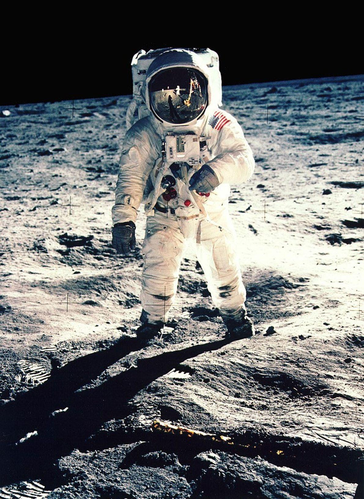 Durante la misión Apolo 11 en 1969, el astronauta Neil Armstrong se tomó esta selfie a ...