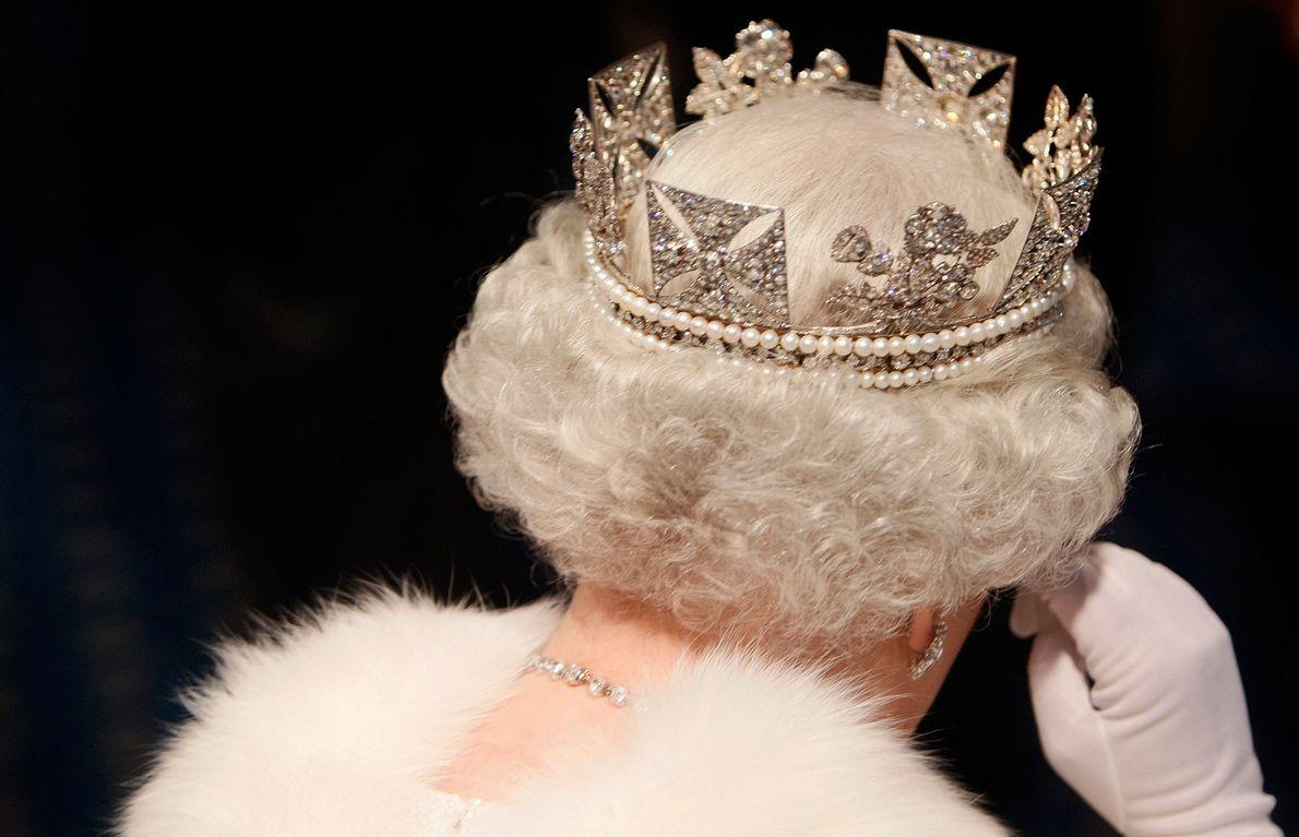 La reina en 2007, retirándose de la Ceremonia de apertura del Parlamento, resplandeciente con una estola ...