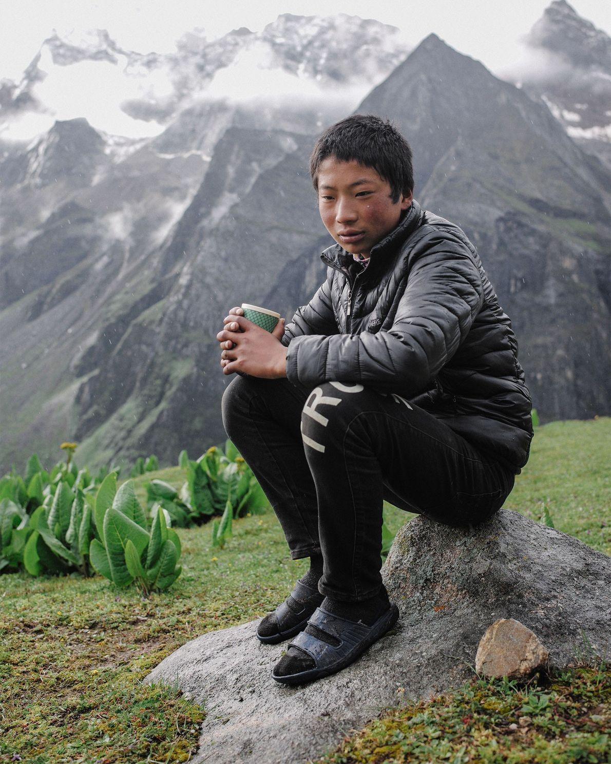 Karma Tenzin, de 15 años, es un estudiante de instituto de Laya. A diferencia de sus ...