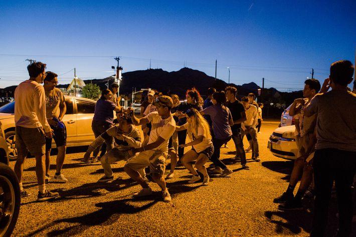 """Los estudiantes bailan en el estacionamiento de Bowie durante """"Sunset Senior"""", un evento anual donde la ..."""
