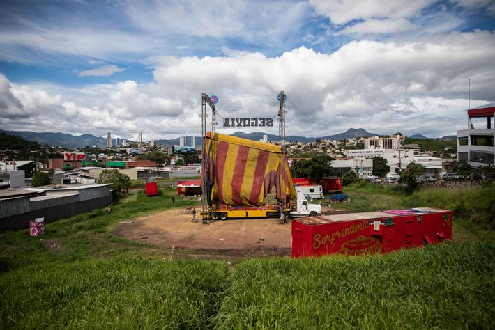 A mediados de julio, gracias a la intervención del presidente guatemalteco, el circo comenzó a embalar. ...