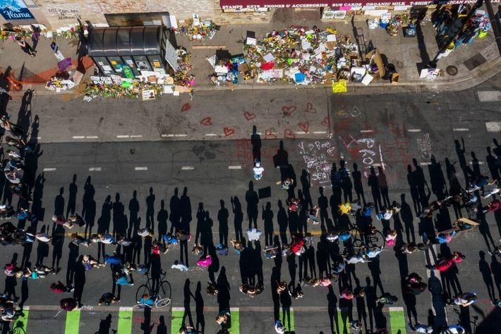 La calle donde murió George Floyd, pintada con tiza y repleta de objetos conmemorativos. Según Guttenfelder, ...