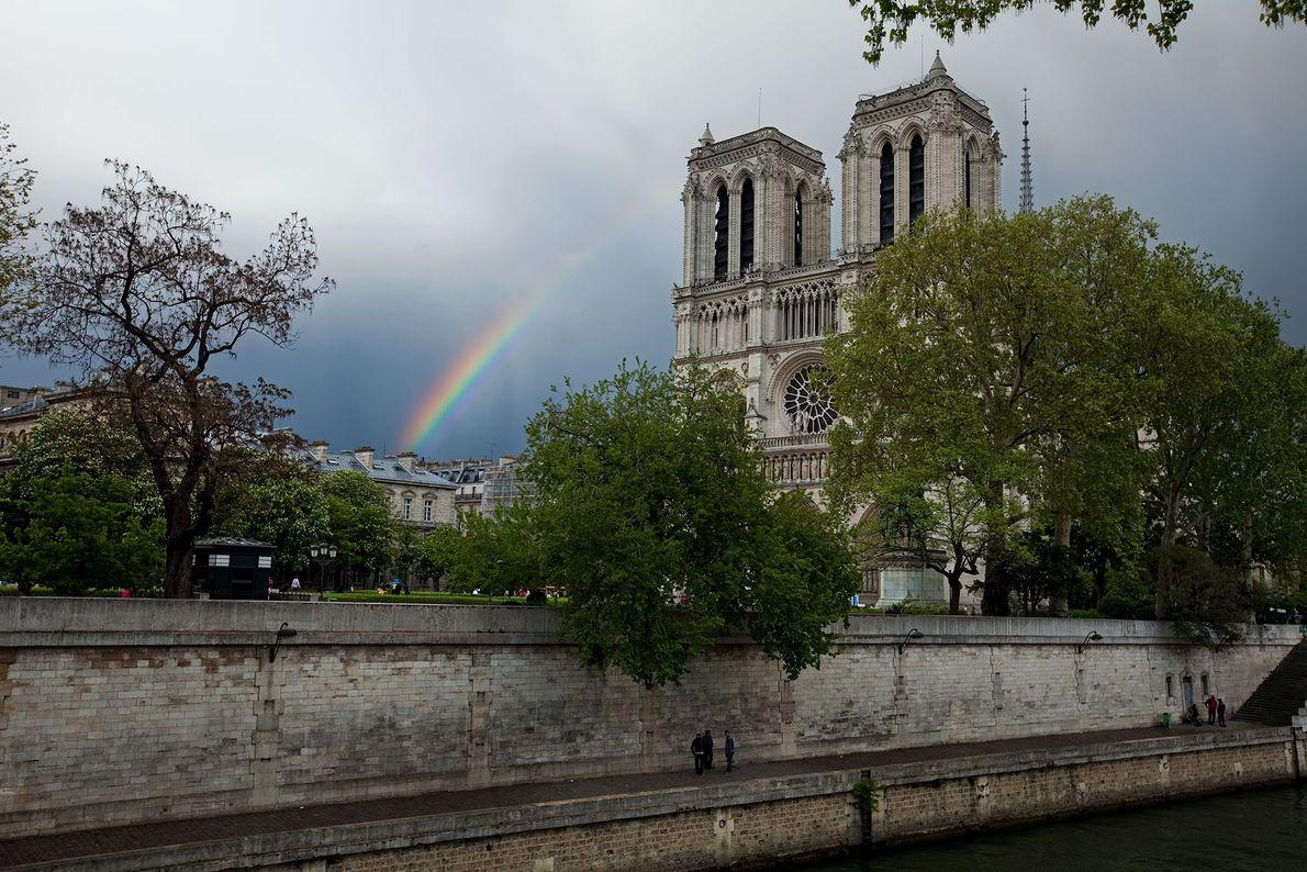 Un arco iris detrás de Notre Dame.