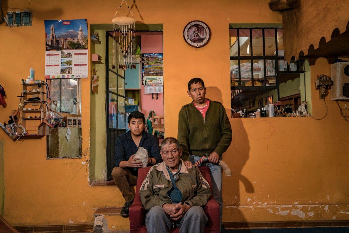Tres generaciones de bailarines de la familia Quispe Soto: Victor Quispe Quispe, abuelo, Richart Aybar Quispe ...
