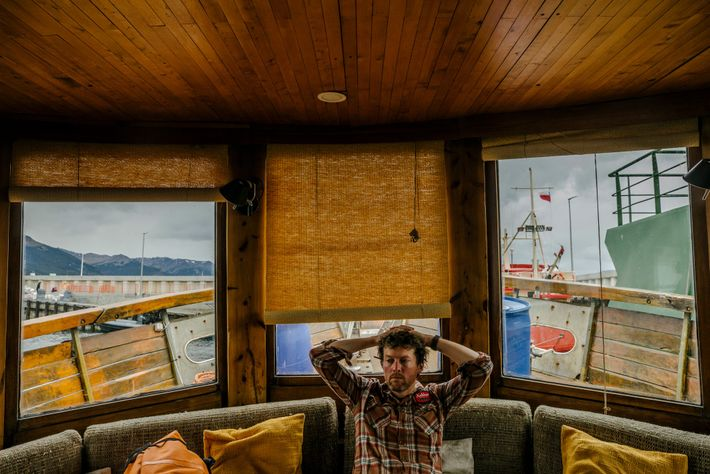 """El líder de la expedición, Brian Buma, espera a bordo del """"Oveja Negra"""" (un barco de ..."""