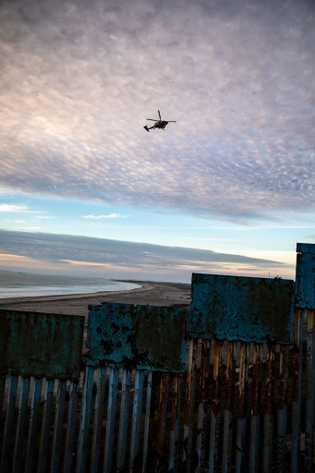 Un  helicóptero  de  patrulla  fronteriza  circula  sobre  la  ...