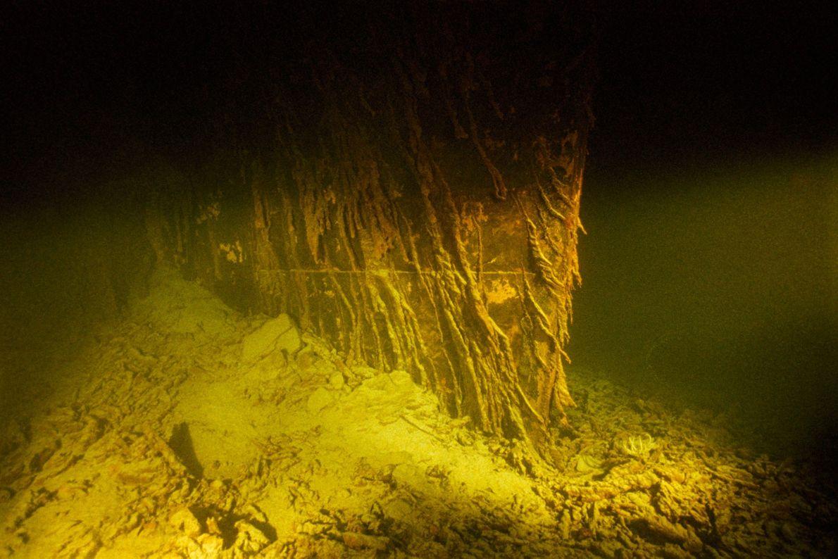 La proa inferior del barco, que una vez atravesó el océano, ahora está incrustada en el ...