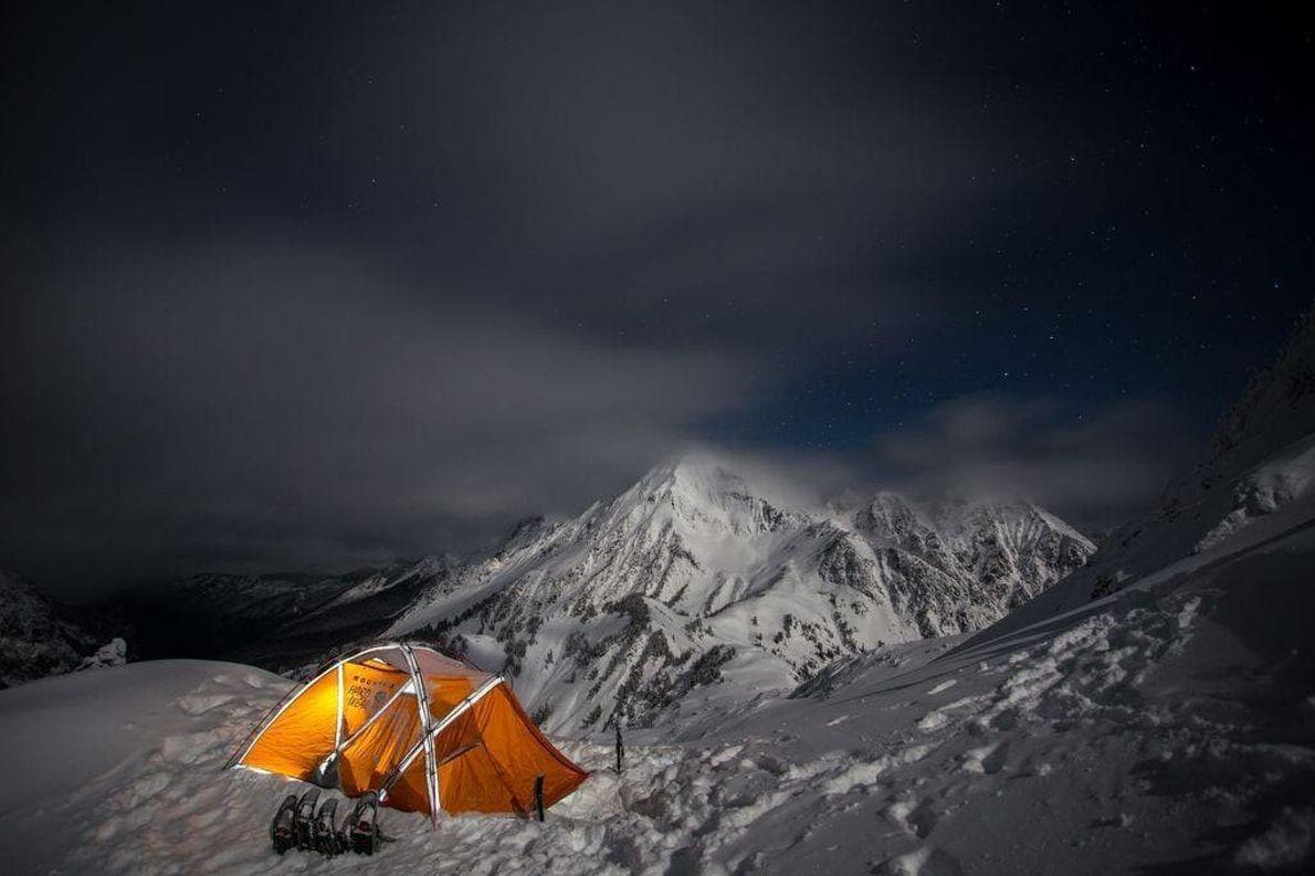 La acampada en invierno es fría, incómoda y hermosa. Saqué esta foto cerca de la cima ...