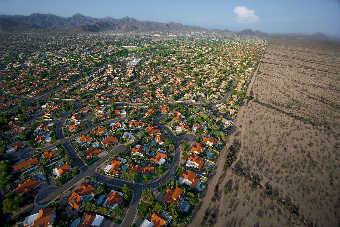 Phoenix, Arizona, construida en medio de un desierto, requiere grandes cantidades de agua para mantener sus ...