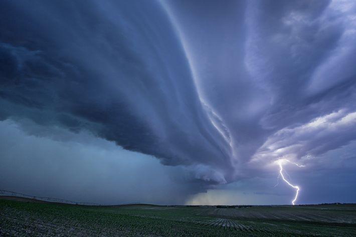 Una supercélula golpea en Dakota del Sur. Entre las tormentas más severas, las supercélulas pueden causar ...