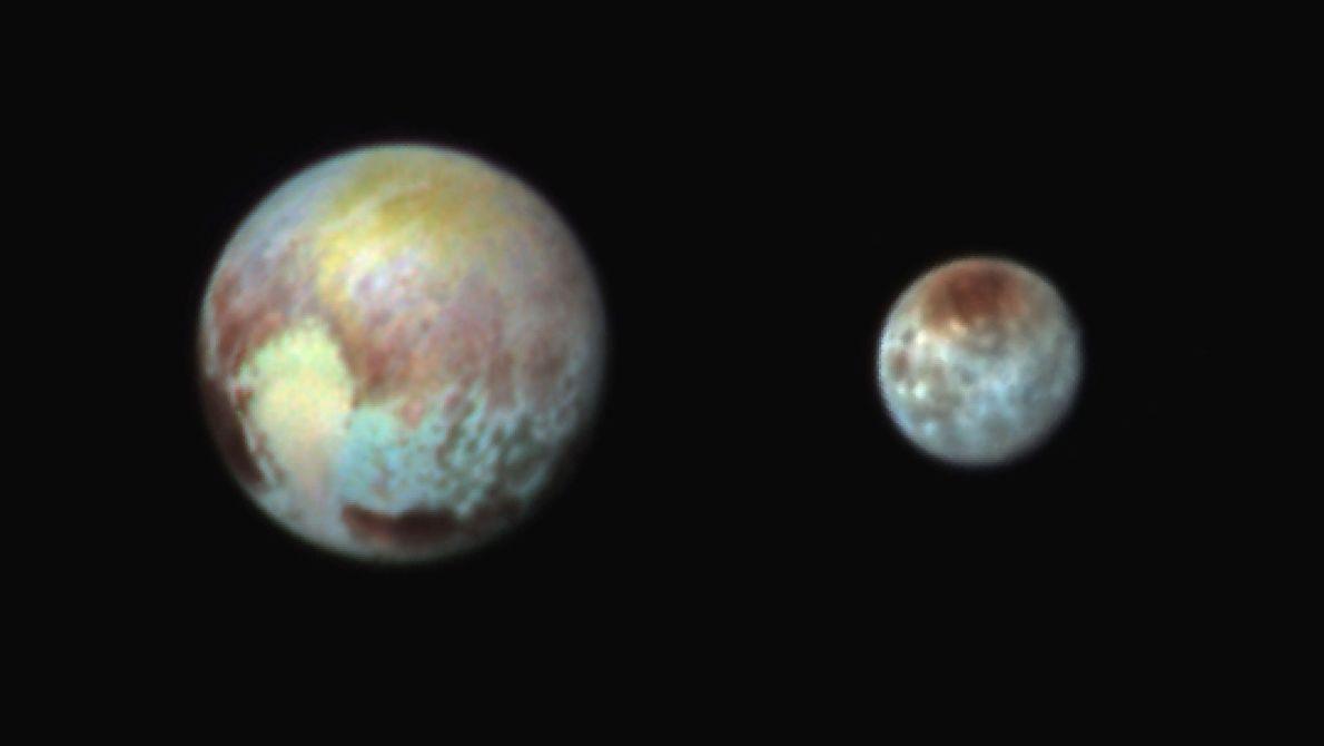 Una imagen de Plutón y Caronte con colores falsos exagera las diferencias, para que las formas ...