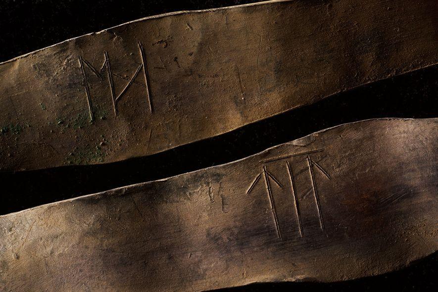 Estos dos brazaletes, con inscripciones de runas antiguas, provienen de la capa superior del tesoro.