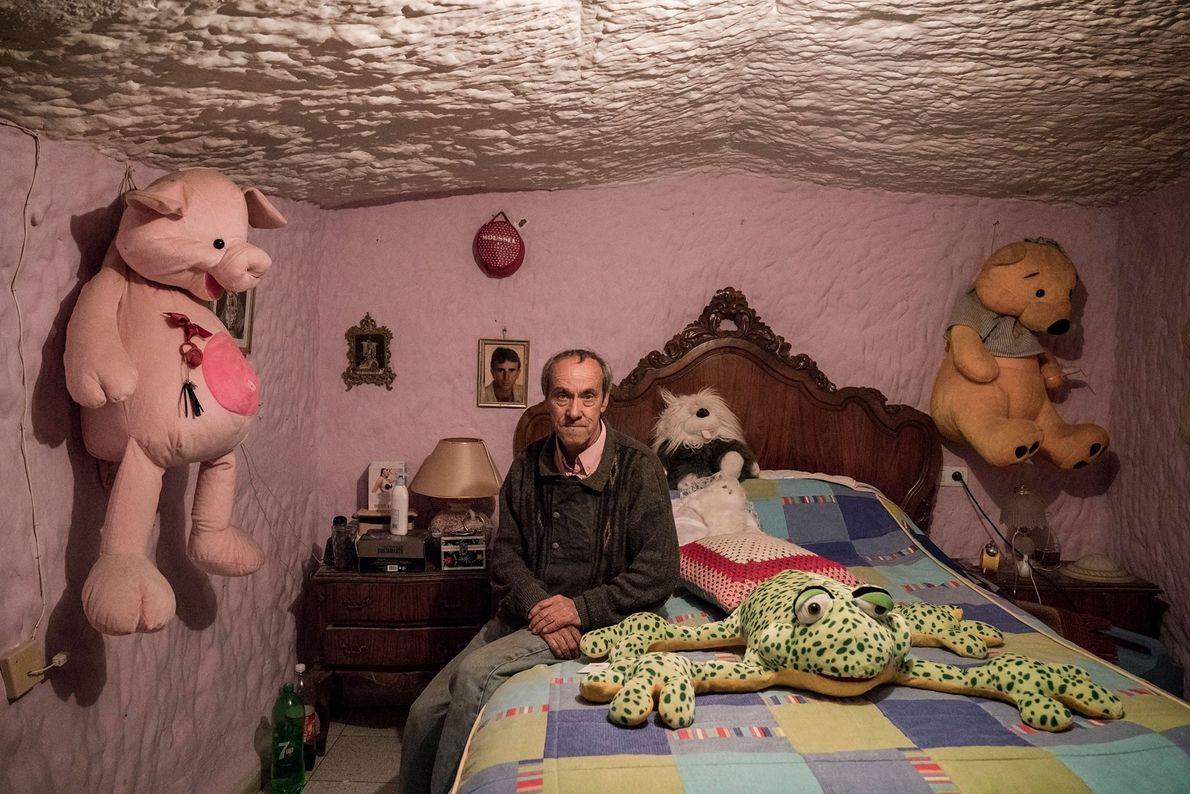 Tocuato Lopez nació en las cuevas de Guadix y ha vivido allí toda su vida. Cuando ...