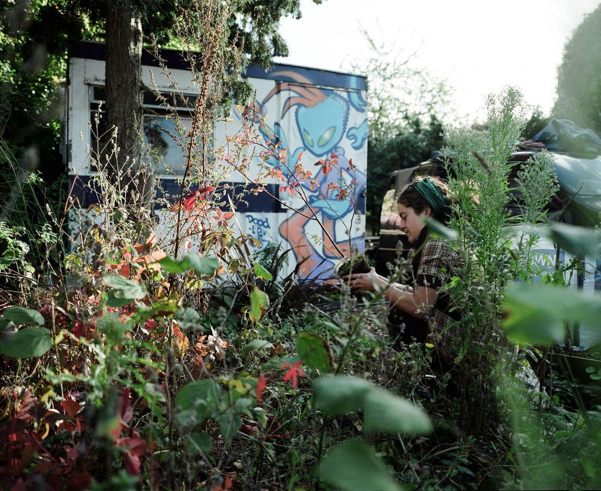 Una residente de Grow Heathrow se ocupa de un jardín. La comunidad ha formado su hogar ...