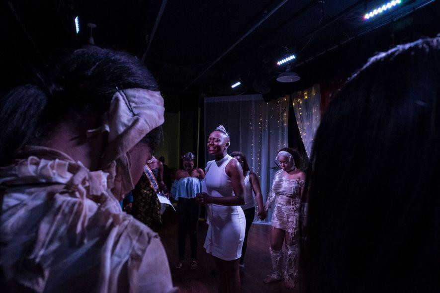 Los concursantes rezan juntos durante el concurso de becas Miss Collegiate 100 de la Universidad Clark ...