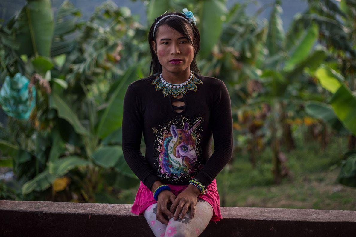 Francy, una miembro del grupo étnico emberá katio, se sienta en el balcón del edificio de ...
