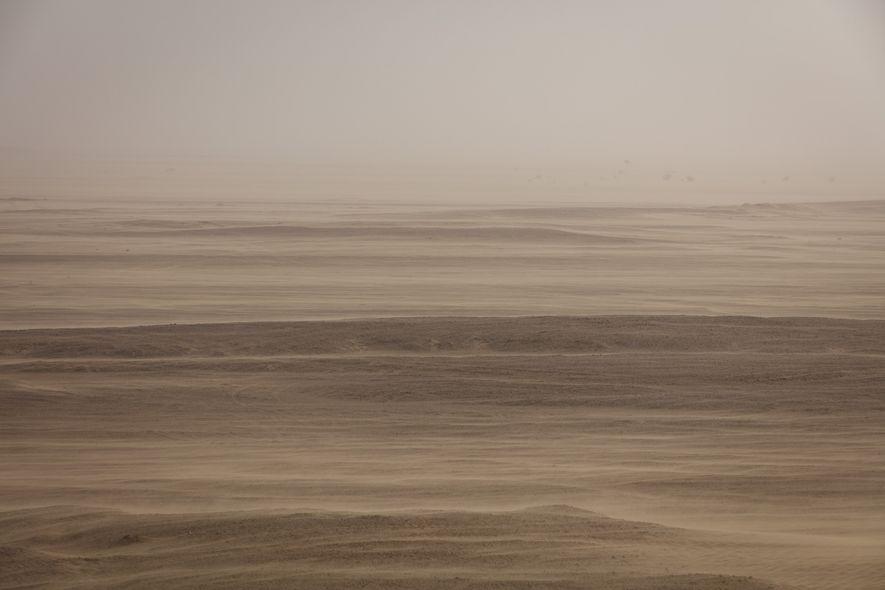 Una tormenta de arena tiñe el cielo de Dhofar, región de Omán, pintando sus desiertos de ...