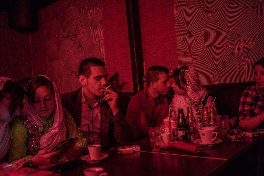 """Antes del baile """"houra"""" en la boda de Fatme Inuz y Feim Osmanov, los adolescentes fuman, ..."""