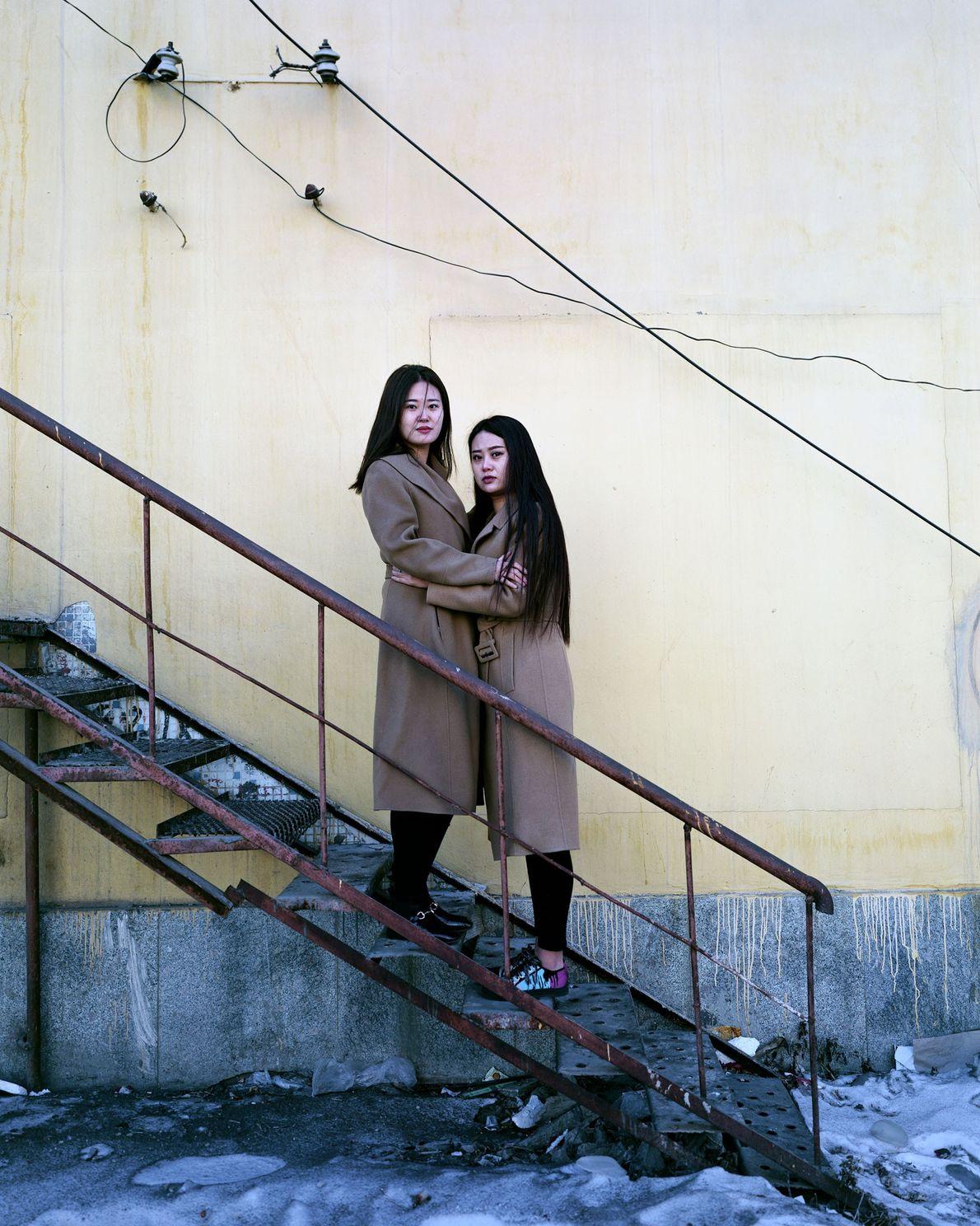 Las gemelas Haun, de 22 años, venden ropa en Fularji; a veces no venden casi nada ...