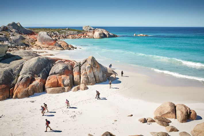 La Bahía de los Fuegos, sobre la costa noreste de Tasmania, recibió su nombre por las ...