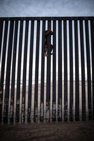 Este  joven  trepó  la  valla  fronteriza  y  tocó  ...