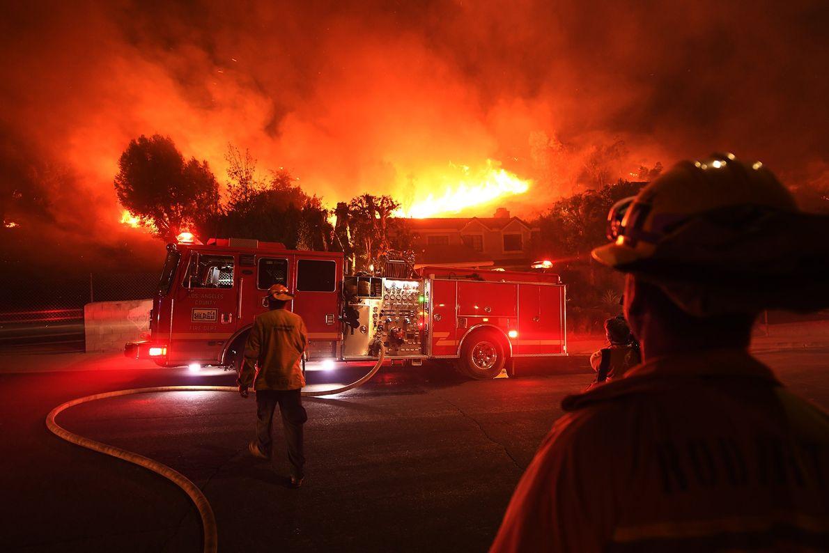Los bomberos del condado de Los Ángeles observan cómo el incendio de Woolsey fuera de control ...