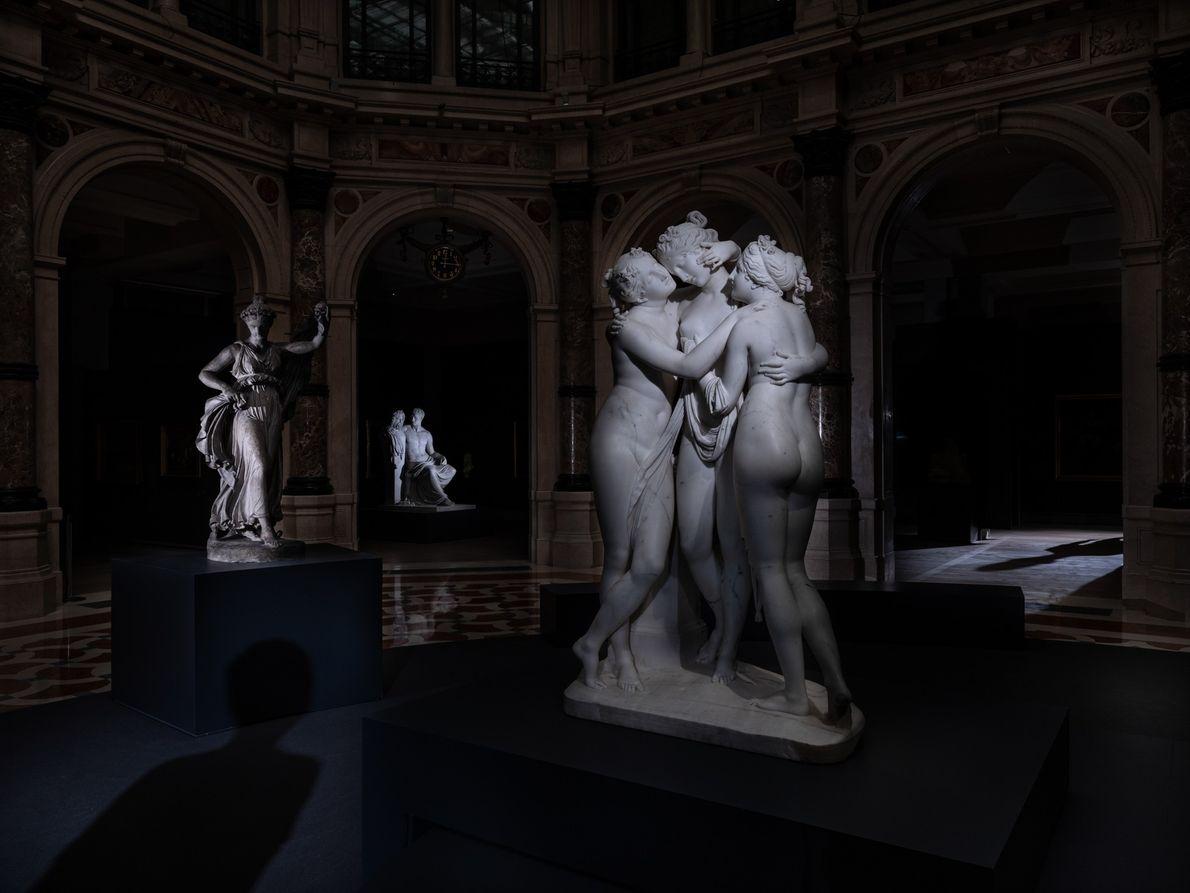 Las tres Gracias de Antonio Cánova (1812-1817) en una rotonda vacía de la Galleria d'Italia, en Milán. ...