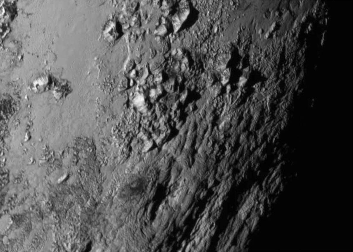 La primera imagen de la superficie de Plutón de cerca muestra montañas de hielo de hasta ...