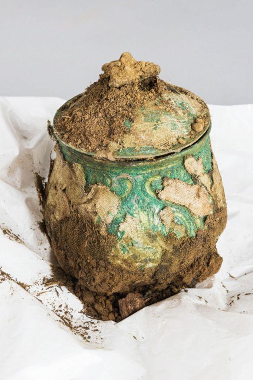 Uno de los objetos más raros del tesoro fue este recipiente carolingio finamente labrado.Aún con incrustaciones ...
