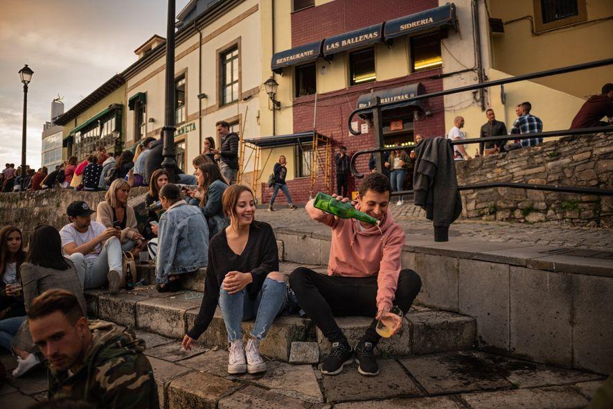 En España, los locales se reúnen alrededor del viejo puerto de Gijón, donde la sidra del ...