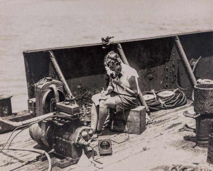 En la cubierta, Gloria Hollister Anable se comunicaba con la batisfera conforme descendía bajo el agua. ...