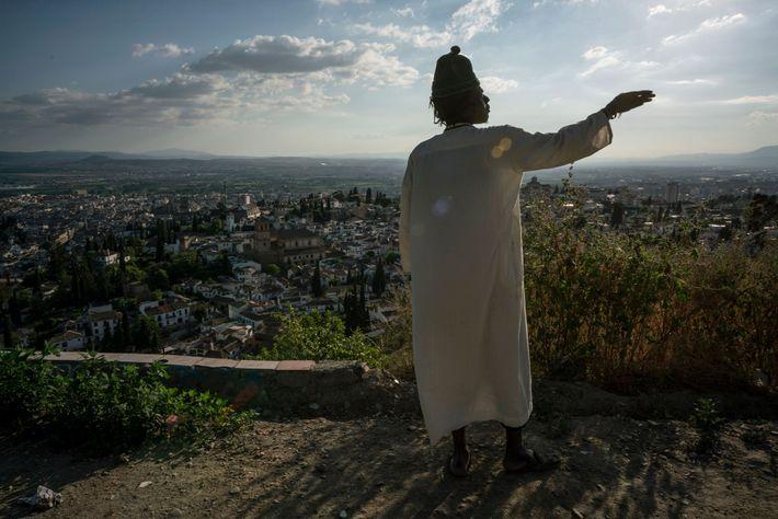 Mbacke mira hacia la ciudad de Granada desde el frente de su cueva.