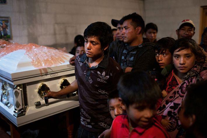 En el velatorio de Mateo Pérez Marcos, quien murió en un accidente en Tennessee, su hijo, ...