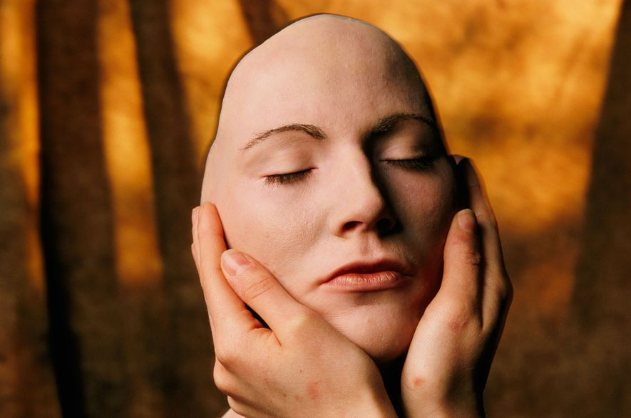 Una modelo británica sostiene una máscara de silicona en su rostro. Sarah Leen, quien tomó esta ...
