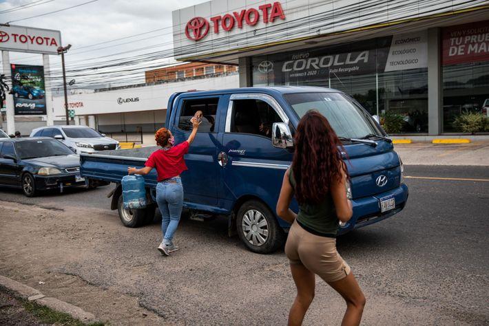 En una concurrida intersección de Tegucigalpa, Lilian acepta una donación de los automóviles que pasan. Después ...
