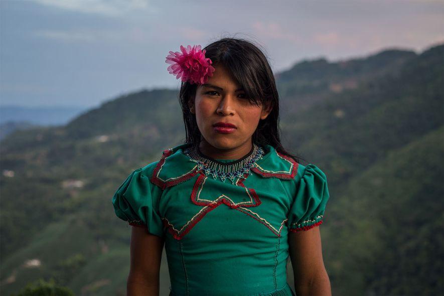 Cuando era joven, Angélica no se sentía cómoda vestida como un niño. En la adolescencia, empezó ...