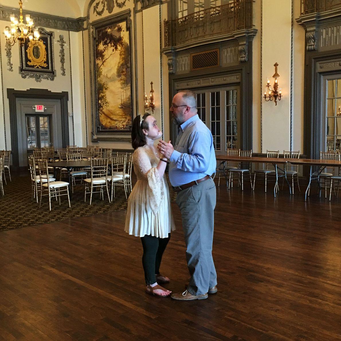 """En el hotel Tudor Arms en Cleveland, Katie y su padre cantan """"Have I Told You ..."""