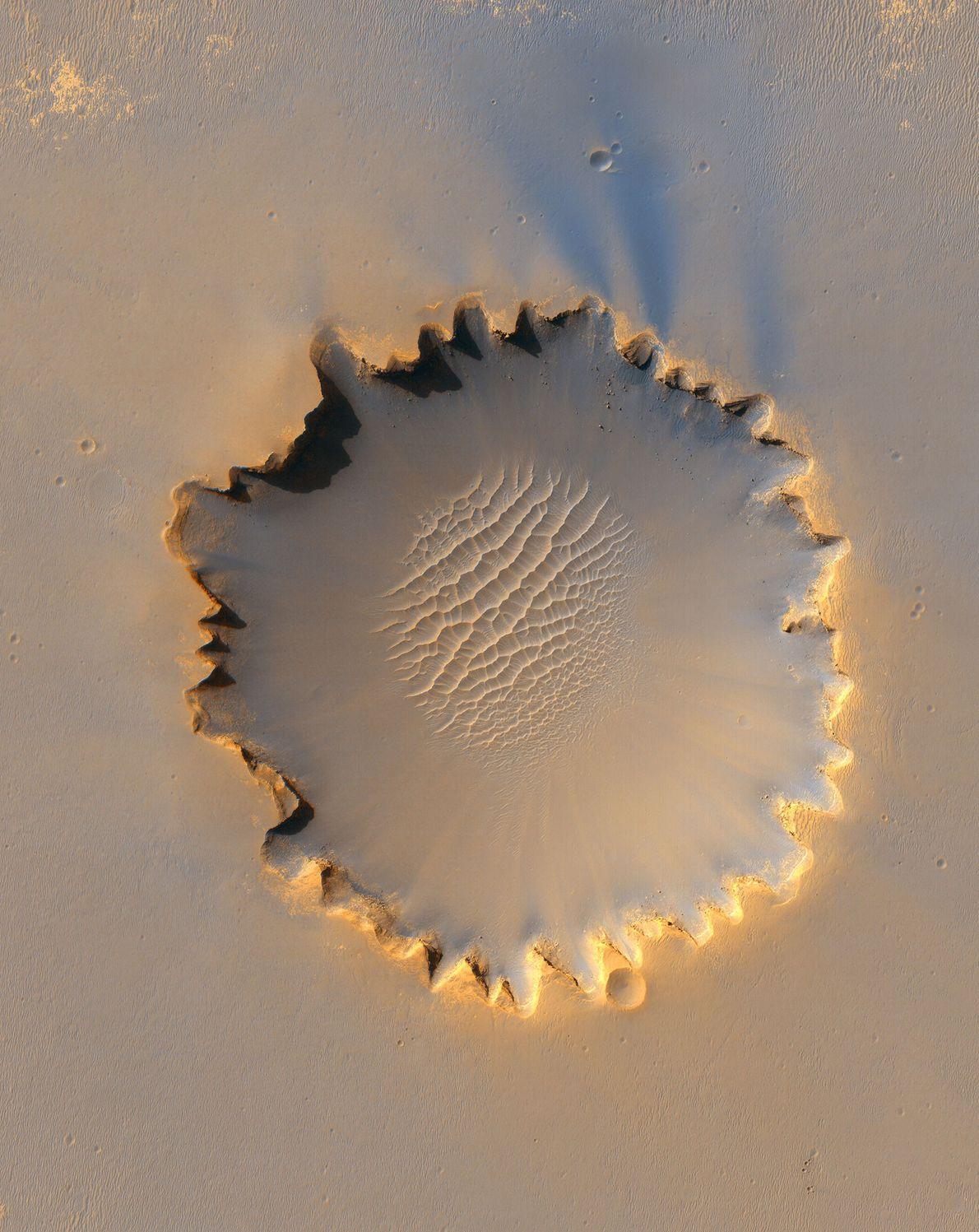 El cráter Victoria tiene unos bordes irregulares particulares, producto de la erosión y la caída del ...