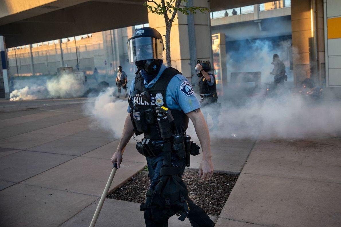 El viernes, 29 de mayo, un agente de la policía de Minneapolis dispersa a la gente ...