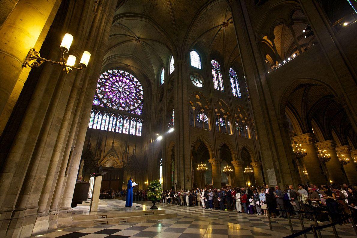Notre Dame celebra misas diarias para lugareños y visitantes.